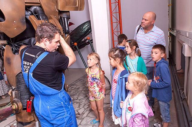 Алексей Кортнев сводил детей на выставку сверхтехнологий