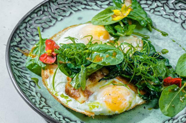 С полудня до файф-о-клока — поздние завтраки в ресторане Uhvat