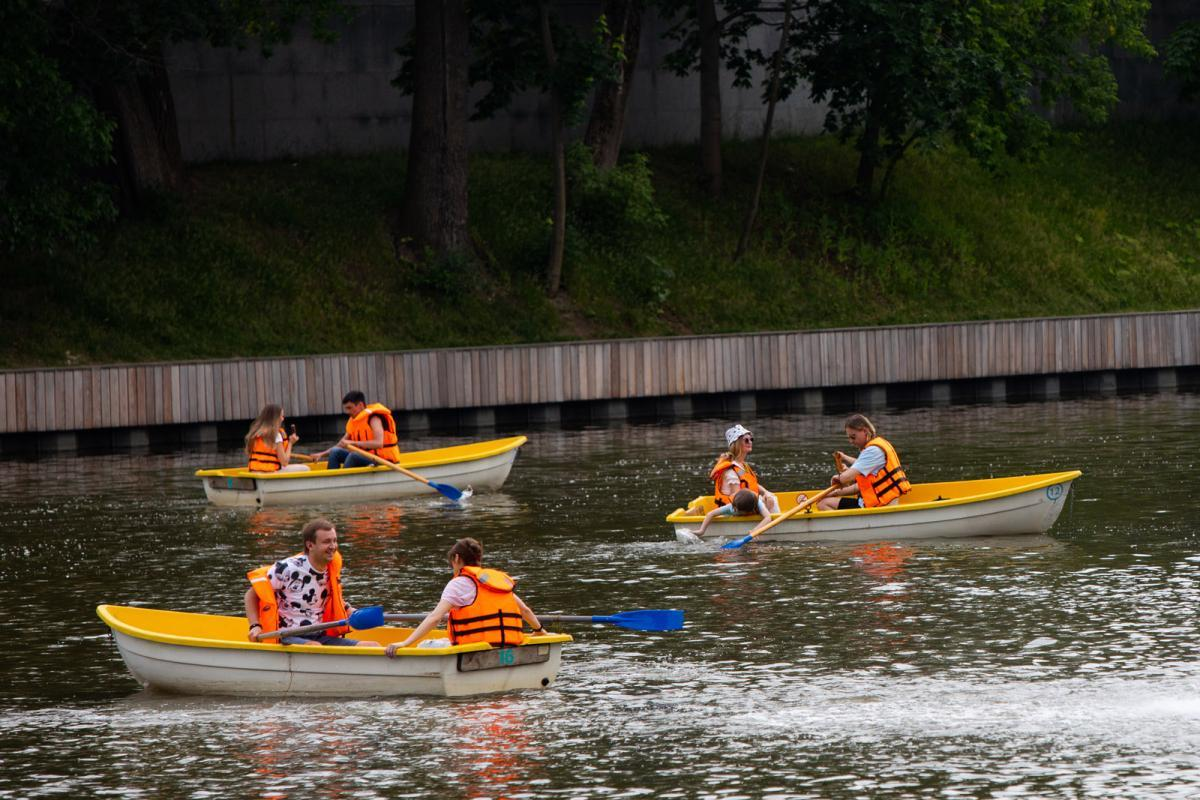 На ВДНХ открылся сезон катания на лодках