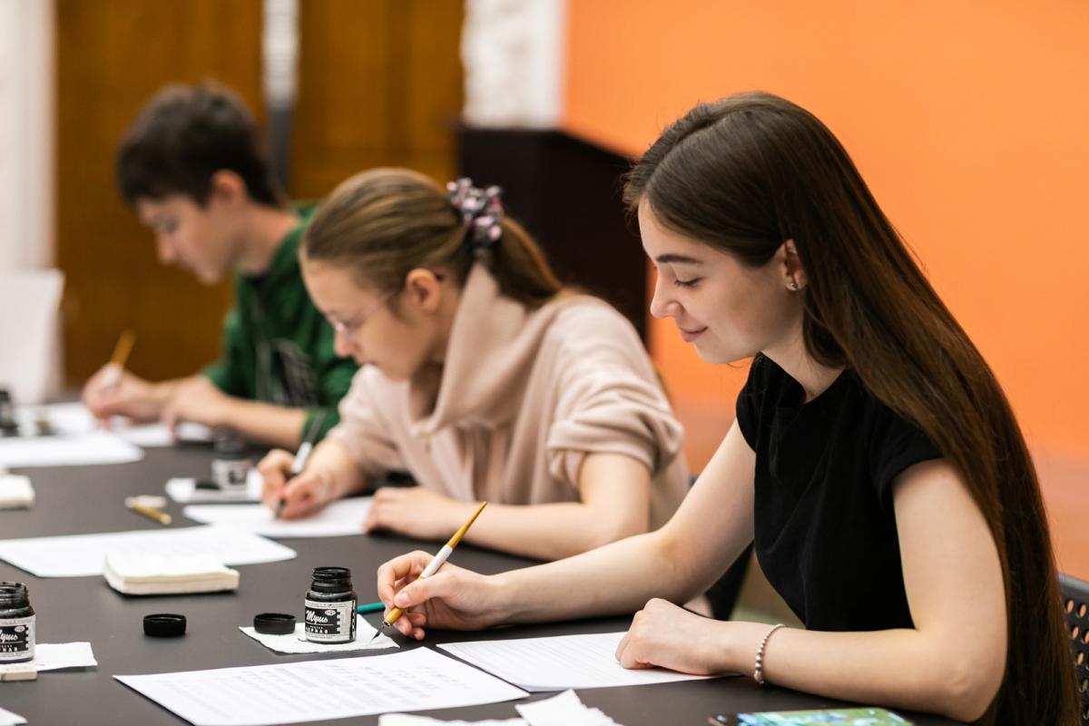 Готовимся к Новому году и Рождеству: детские мастер-классы по каллиграфии и леттерингу на ВДНХ
