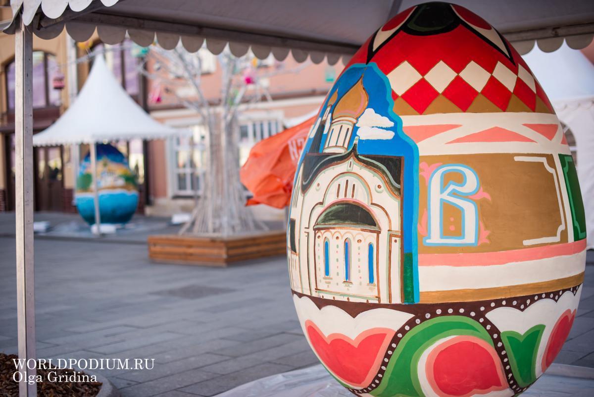 Двухметровые яйца Арт-Пасхи украсили видами новых храмов Москвы и Подмосковья