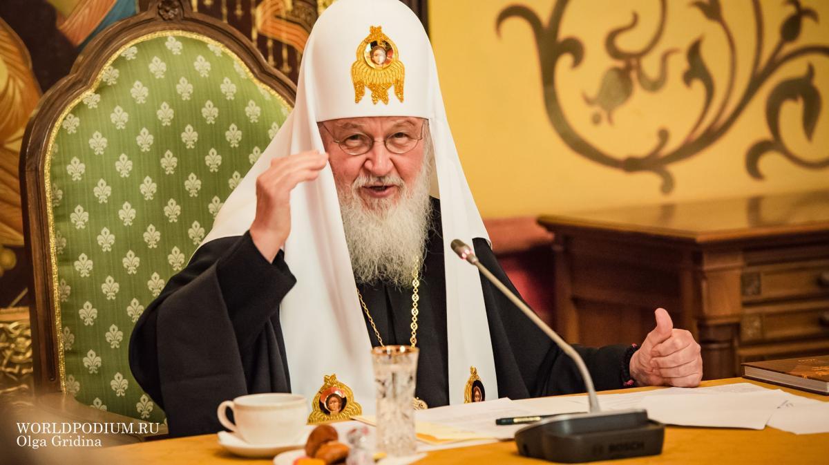 Ректор ИСИ подарила Патриарху Кириллу книгу с фотографиями Московского студенческого Пасхального фестиваля