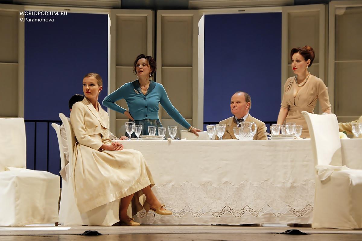 Сегодня в Вахтанговском театре: «Суббота, воскресенье, понедельник»