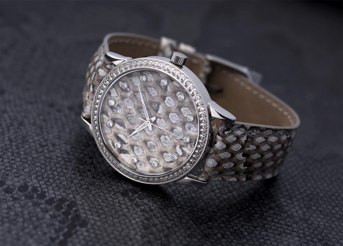 Женские серебряные часы декорированы змеиной кожей
