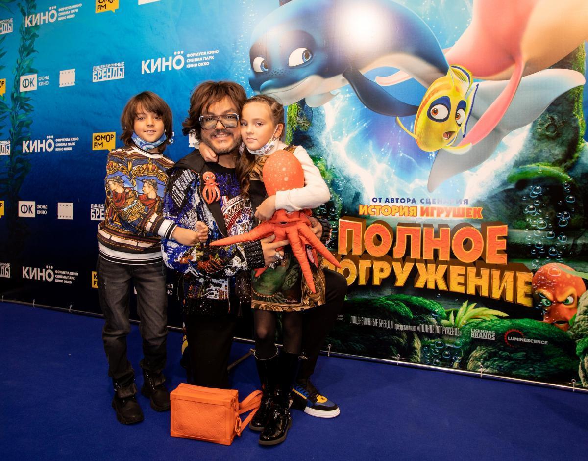 Филипп Киркоров и Полина Гагарина с детьми представили «Полное погружение»