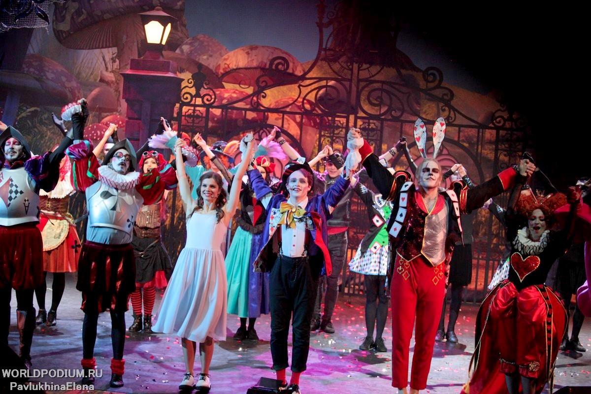 «Между двух миров!»: увлекательный и зажигательный семейный мюзикл Глеба Матвейчука «Алиса в стране чудес»