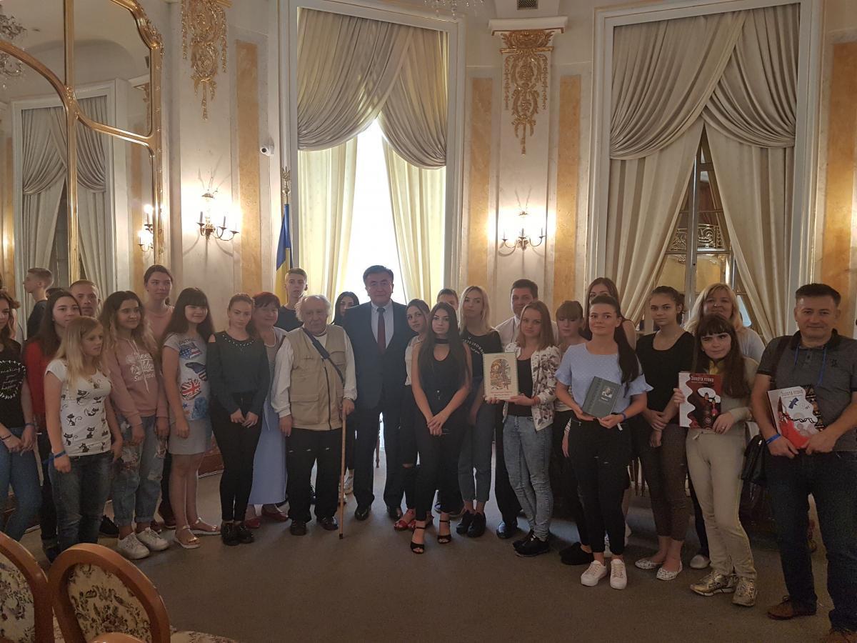 Посол Киргизии на Украине презентовал сборник Чингиза Айтматова
