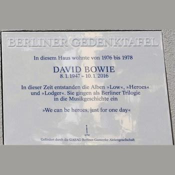 Мемориальная доска с именем Дэвида Боуи появилась в Берлине