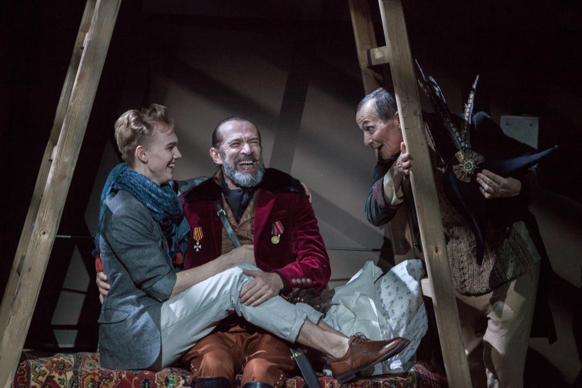 «Над кем смеётесь? Над собой смеётесь!»: искромётный «Ревизор» в Театре Олега Табакова