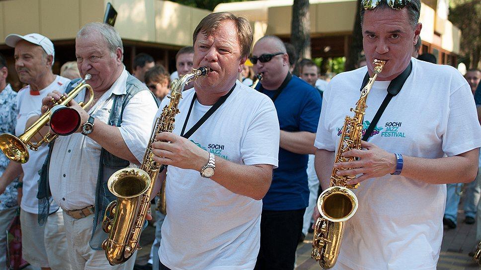 Традиционно в рамках Sochi Jazz Festival на сцене LIVE SITE пройдут открытые концерты!
