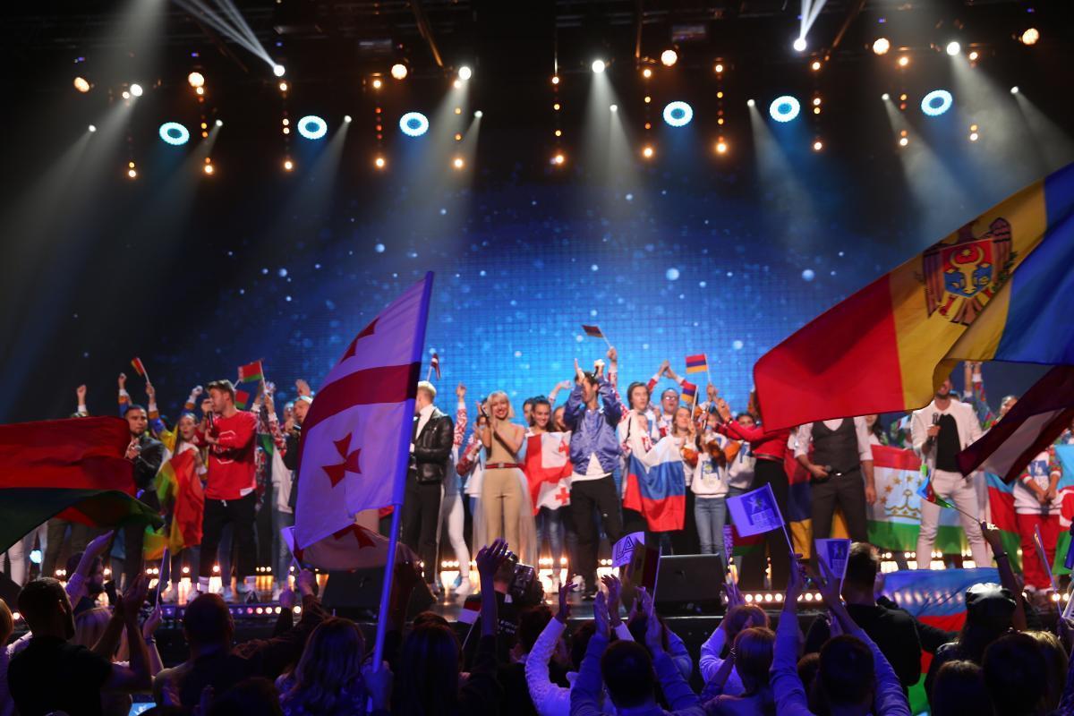 Дети из разных стран споют «Во весь голос»