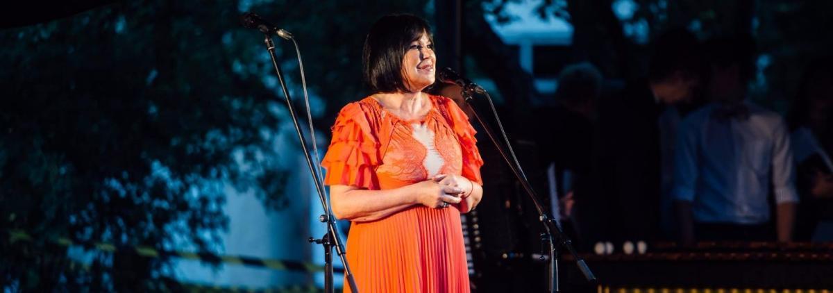 Инесса Галанте подарила рижанам бесплатный концерт в квартале Калнциема