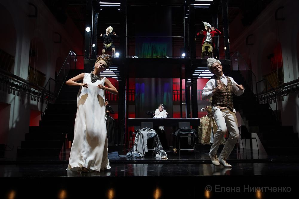 Театр ШДИ встретил первых зрителей сезона безопасными «Опасными связями»