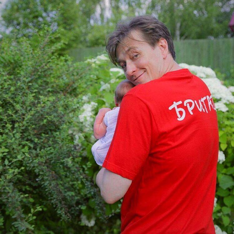 Сергей Безруков впервые после роддома показал дочь
