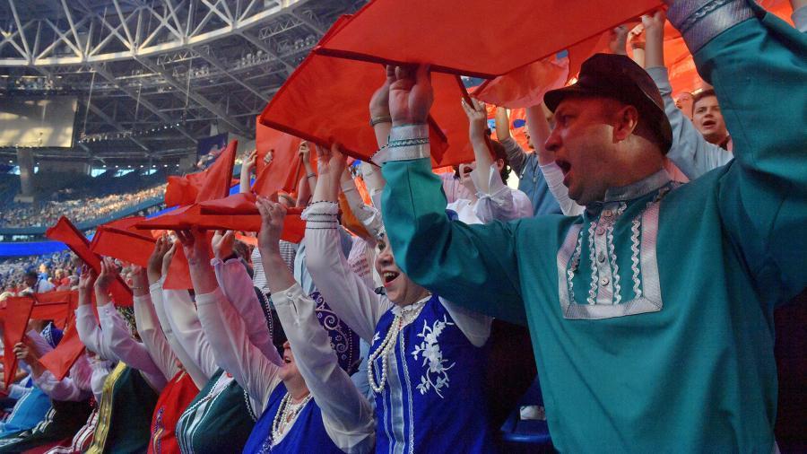Хор из 40 тыс. человек исполнил гимн России в Петербурге
