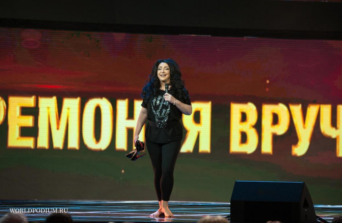 Юрий Грымов, Лолита и другие актёры театра «Модерн» своими силами расчищают огромные сугробы