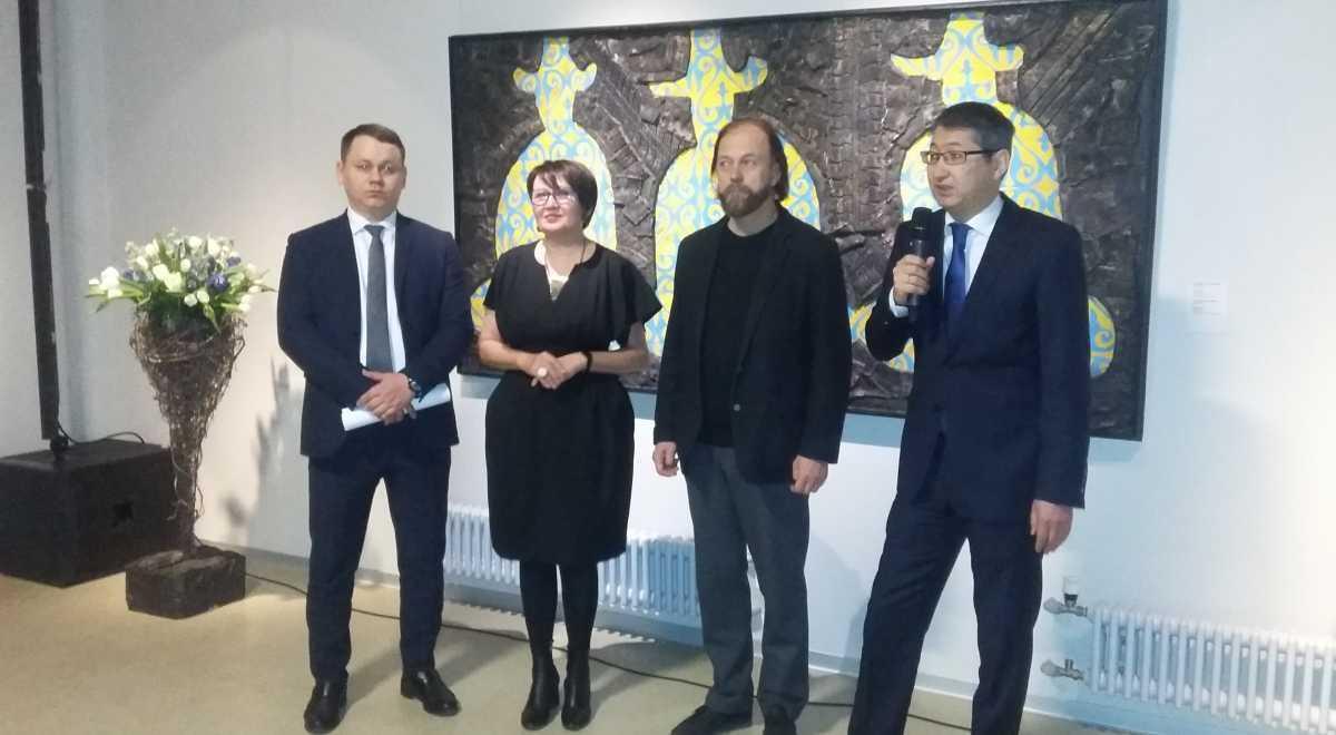 В Санкт-Петербурге открыли выставку Молдакула Нарымбетова «Черные вихри на синем или зелено-голубом фоне»